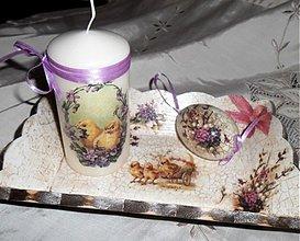 Svietidlá a sviečky - sviecka-kuriatka s fialkami - 3743772_