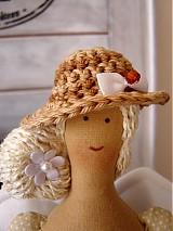 Bábiky - Béžovo-biela v klobúčiku so srdiečkom - 3754091_