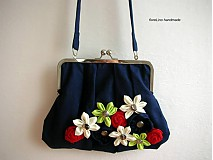 tmavomodrá kabelka s kvetmi
