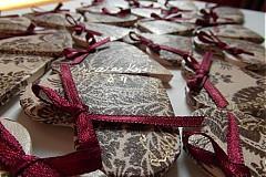 Darčeky pre svadobčanov - čipkované magnetky pre svadobných hostí - 3881577_