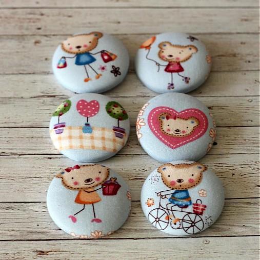 Buttony Slečna macíková na nákupoch 38 mm