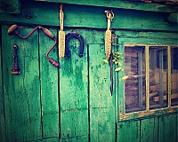 Fotografie - stará kůlnička-zátiší s podkovou - 4123714_