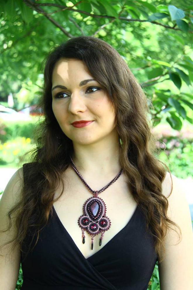 309e788162 Doteraz posledný (zrejme bude aj pokračovanie) je náhrdelník Seherezade vo  farbách bordová