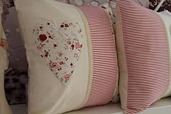Úžitkový textil - vankušik s motívom srdiečka - 4159666_