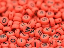 Červené korálky abeceda (balíček 500ks)