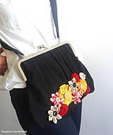 čierna kabelka s kvetmi