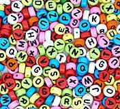 Farebné korálky písmenká (balíček 100ks)
