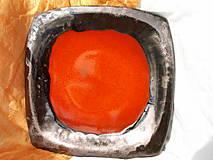 Misa oranžová so zlatým okrajom