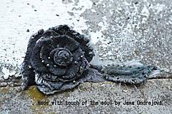 Odznaky/Brošne - Dark Collection-plstená hodvábna ruža - 4434604_