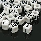 Korálky - Plastové korálky 100ks 6x6x6mm otvor 3,2mm kocky čierno biele - 4487715_