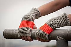 Prúžkované oranžovo šedé rukavice
