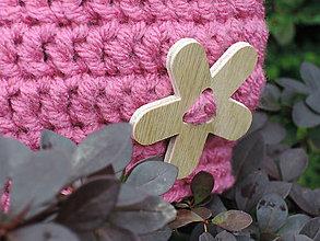 Detské čiapky - Ružová háčkovaná čiapka s dreveným kvietkom - 4604970_