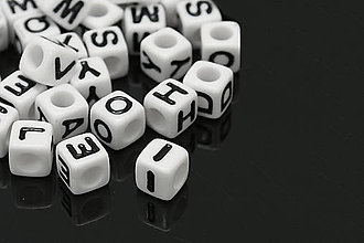 Korálky - AKO4905, Písmenko 7mm Kocka BIELA /1ks - 4629846_