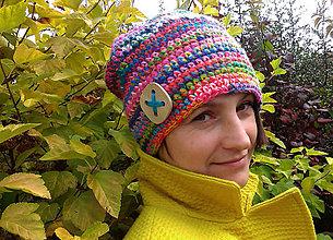 Čiapky - Farebná háčkovaná čiapka s drevenou štvorkou - 4671478_