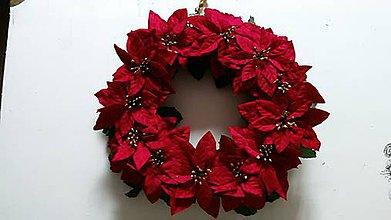 Dekorácie - Veniec plný vianočných ruží 38 cm - 4675740_
