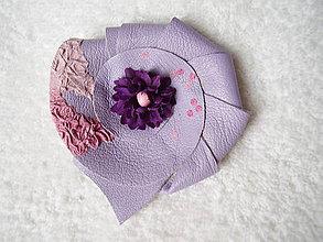 Odznaky/Brošne - Brošňa kožená, fialové kvieťa - 4676789_