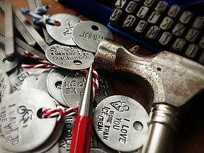Kľúčenky - ..ručne razené prívesky na všetko možné aj nemožné ..S TEXTOM NA ŽELANIE - 4734541_