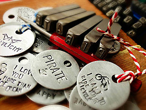 Kľúčenky - ..ručne razené prívesky na všetko možné aj nemožné ..S TEXTOM NA ŽELANIE - 4734551_