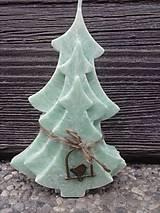 Svietidlá a sviečky - zelený stromček s kovovým vtáčikom - 4748305_