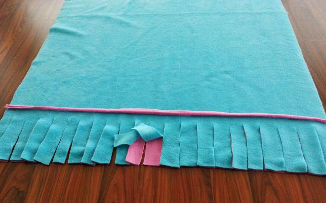 fda68ffa8 6) Teraz každý strapec zviažeme na dva uzly ..tyrkysovú časť vrchnej časti  deky, s ružovou časťou spodnej časti deky.