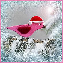 Dekorácie - Ružový vtáčik s mikulášskou čiapkou - 4794673_