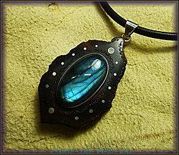 Náhrdelníky - 395. Drevený náhrdelník ORECH - LABRADORIT - 4822968_