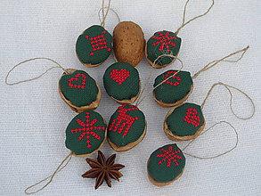 Dekorácie - Sada vianočných orieškov v zelenom - 4830475_