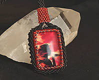 Náhrdelníky - Náhrdelník červený so ženou - 4831652_