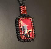 Náhrdelníky - Náhrdelník červený so ženou - 4831662_