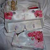 Vešiak so šuflíkmi s orchideami