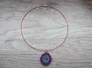 Náhrdelníky - Šitý korálkový prívesok, fialová farba - 4893396_