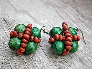 Náušnice - Drevené korálkové náušnice, hnedá a zelená farba - 4893418_