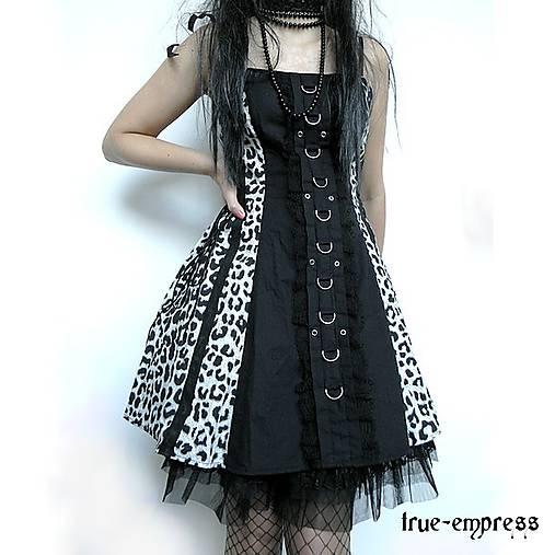 Čierno-biele šaty s kovovými D-čkami   true-empress - SAShE.sk ... 83dde00ea18