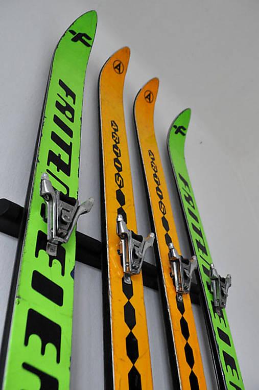 Vešiak zo starých lyží