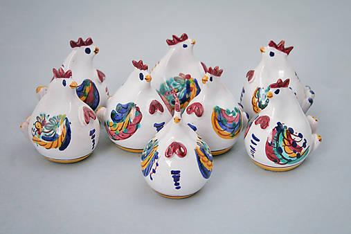 Kvočna točená miniatura na špejli barevně malovaná