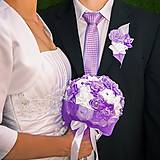 Kytice pre nevestu - Svadobná kytica a pierko vo fialovom odtieni - 4987899_