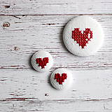 Sady šperkov - Vyšívané náušnice a brošňa srdiečkové - 4994304_