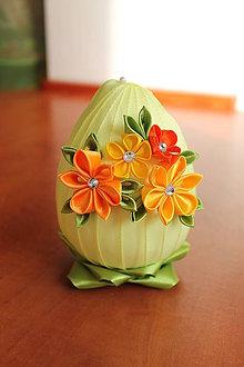 Dekorácie - Žlté vajíčko s jarnými kvietkami na zelenej tráve - 5021414_