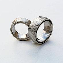 Prstene - Contemporary raw shell wedding bands - 5038654_
