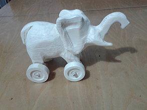 Hračky - vyrezávaný sloník na kolieskach - 5051647_