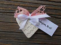Darčeky pre svadobčanov - srdiečka s farebnou čipkou + menovka - 5134405_