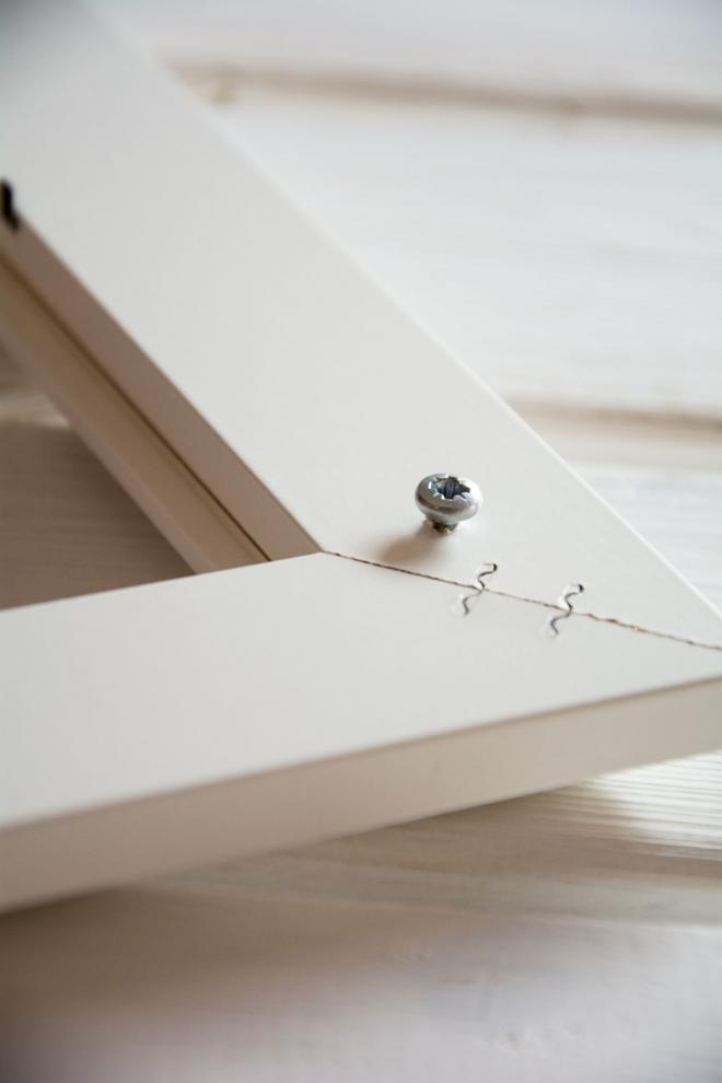 Najskôr pripevnite skrutky alebo háčiky na uchytenie rámu