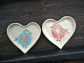 Nádoby - Mištička srdiečko: Vtáčik červeno-modrá - 5169229_