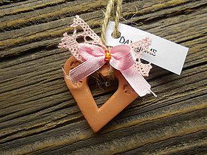 Darčeky pre svadobčanov - keramicke srdiečka s ružovou čipkou / hnedé - 5173390_