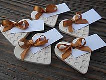 menovka s darčekom pre hostí