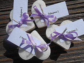 Darčeky pre svadobčanov - sviečky pre hostí / fialová stuha - 5213053_