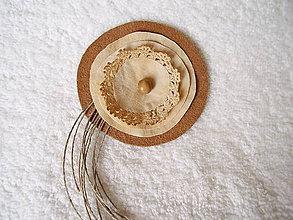 Odznaky/Brošne - Brošňa koženo-textilná, s čipkou - 5228520_