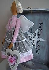 Bábiky - Ružovošedá na podstavci - 5247735_