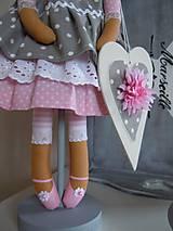 Bábiky - Ružovošedá na podstavci - 5247738_