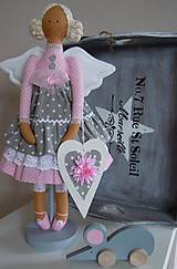Bábiky - Ružovošedá na podstavci - 5247753_